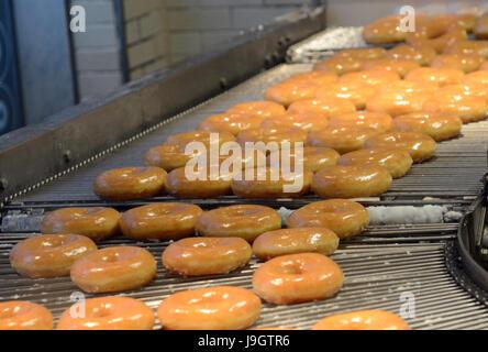 Krispy Kreme donuts recién hechos en Tokio, Japón.