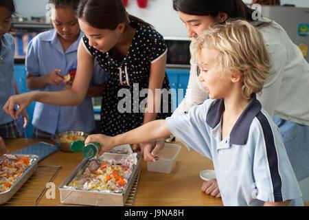 Bangkok, Tailandia - Noviembre 23, 2012 : en un colegio en Bangkok, Tailandia. Los jóvenes estudiantes toman un curso introductorio en la cocina con su maestro