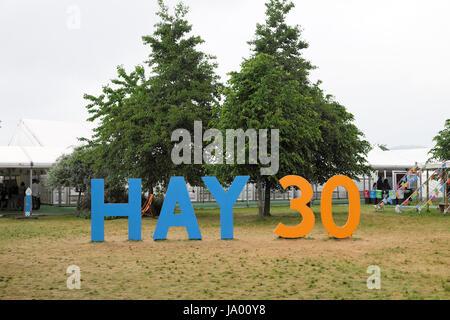 El Heno 30 aniversario celebrando 30 años de firmar el libro de 2017 Festival Literario de heno en el heno-on-Wye Gales UK KATHY DEWITT