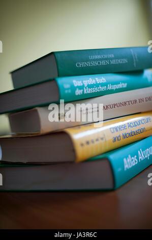 Libros sobre la acupuntura y la medicina china. Foto de stock