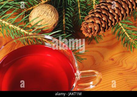 Mit Weihnachtsdekoration Tasse Tee und Holztisch