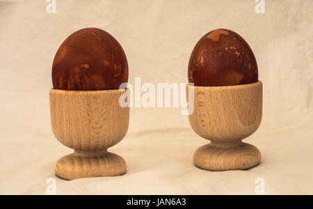 Huevos duros con patrón decorativo creado por hervir los huevos envueltos en pieles de cebolla
