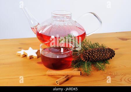 Tee Tasse, Teekanne und Dekoration auf Holztisch Adviento