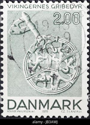 Dinamarca - circa 1979: un sello impreso en Dinamarca muestra antiguo ornamento viking en llave de plata (símbolo de estado de la mujer vikinga) del Museo Nacional de Dinamarca, circa 1979