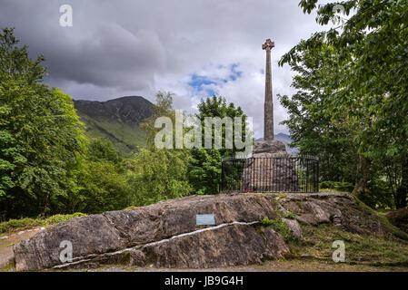 Monumento con cruz celta en conmemoración de la masacre del clan MacDonald de Glencoe en 1692, Glen Coe, Lochaber, Scottish Highlands, Scotland, Reino Unido