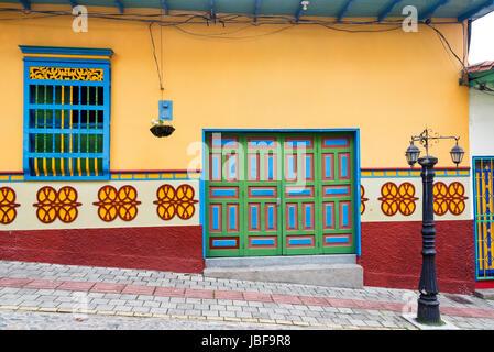 Antigua casa colorida en Guatape, Colombia