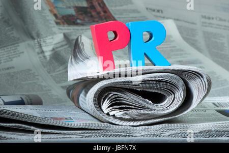 Word PR el periódico. Letras de madera
