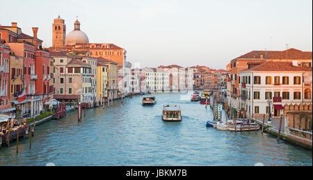 Venecia, Italia - 11 de marzo de 2014: el Canal Grande.