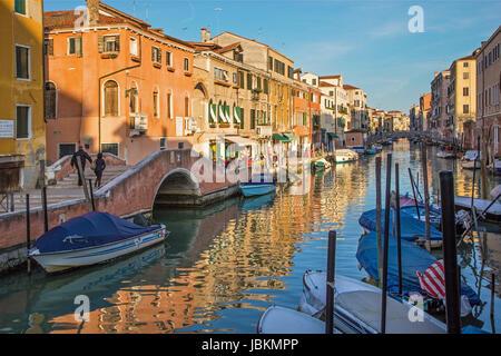 Venecia, Italia - 11 de marzo de 2014: Fondamneta delle Capuzzine street y canal Rio dei San Girolamo.
