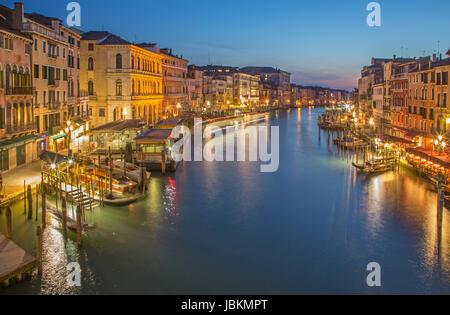 Venecia, Italia - 11 de marzo de 2014: el Canal Grande, en la tarde el atardecer desde el Ponte Rialto