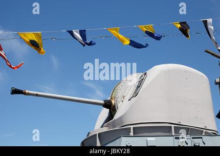 Pistola en buque de guerra contra el cielo azul Foto de stock