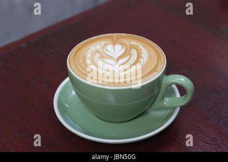 Caliente de café latte con hermosas latte art