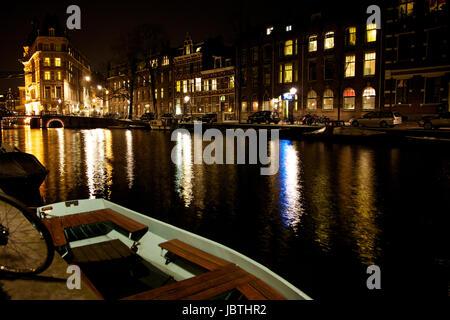 Noche vista de los canales y los edificios de Ámsterdam, Países Bajos