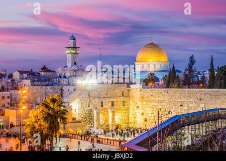 El horizonte de la ciudad vieja en el Muro Occidental y el Monte del Templo en Jerusalén, Israel.