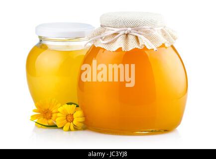 Dulce Miel en tarros de vidrio con flores aisladas sobre fondo blanco.
