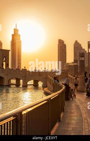 DUBAI - EMIRATOS ÁRABES UNIDOS/14 Sep 2012 - Gente relajándose en las calles de Dubai con el atardecer