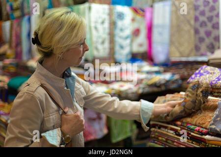 Mujer de mediana edad en escaparate de compras en el Gran Bazar de Estambul,