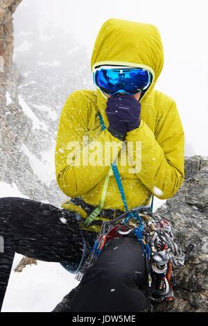 Mujer adulta media vistiendo chaqueta amarilla y gafas de esquí en la nieve