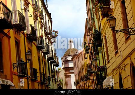 Escena callejera en Bosa, Cerdeña, Italia