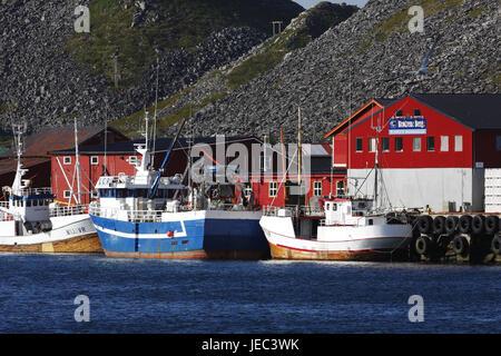 La pesca de arrastre en el puerto de en el Sorland Lofoteninsel Vaeroy en Noruega,