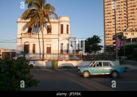 En La Habana, una vista de típica arquitectura vivienda, apartamento y un coche viejo.