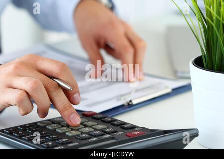 Vista cercana de contable o financiero de manos del inspector que informe, calcular o controlar el equilibrio. Las finanzas del hogar, la inversión, la economía o insura Foto de stock