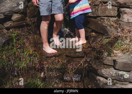 Los niños juegan descalzos en una zona rural