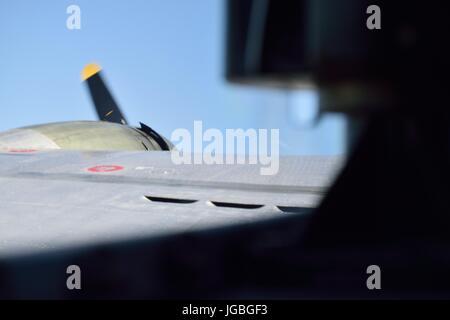 Mirando hacia el ala de un Boeing B17 Flying Fortress, viaje sentimental