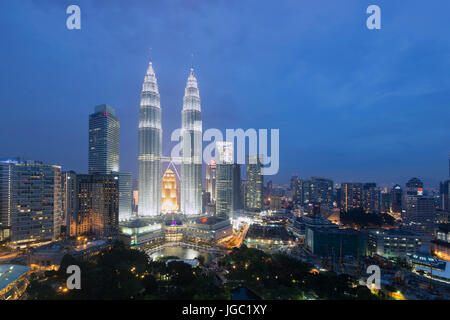 Al anochecer, las torres Petronas de Kuala Lumpur, Malasia