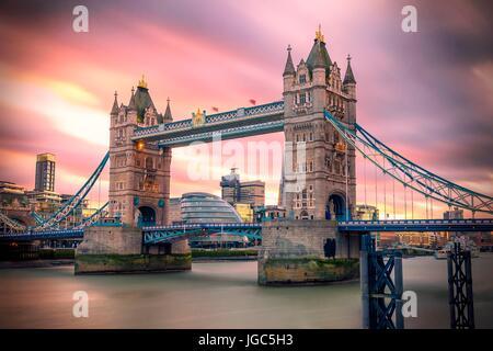 Tower Bridge de Londres (ciudad) al atardecer