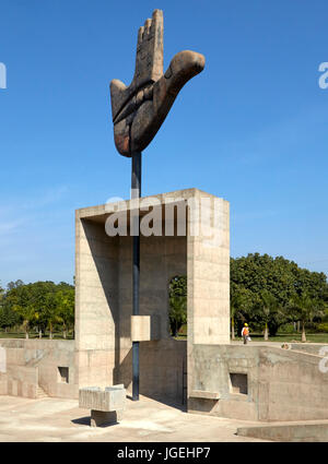 """Vista exterior global por encima del hueco """"contemplación"""". La mano abierta Monumento, Chandigargh, India. Arquitecto: Le Corbusier , 1961. Foto de stock"""