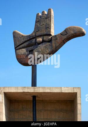 Detalle de metal mano abierta. La mano abierta Monumento, Chandigargh, India. Arquitecto: Le Corbusier , 1961. Foto de stock