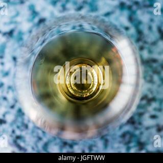 Macro closeup de amaretto, ron, o beber bourbon en vidrio