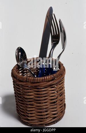 Cubertería de acero inoxidable en la cesta Foto de stock