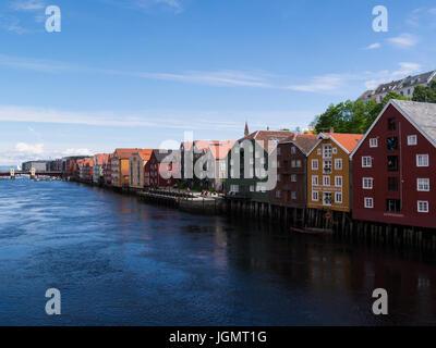 Ver a orillas del río Nidelva, flanqueada por los coloridos edificios bien conservados de la ciudad de Trondheim y del municipio del condado de Sør-Trøndelag en Noruega