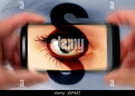 Los ojos de una mujer en un teléfono móvil con cámara, gawker signo de párrafo