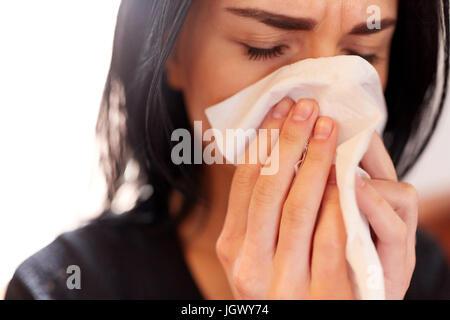 Cerca de la mujer con el llanto en el funeral de barrido
