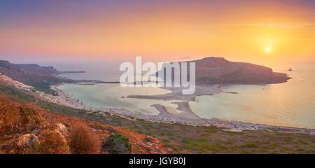 Vista panorámica de la puesta del sol en la playa de Balos, en la isla de Creta, Grecia