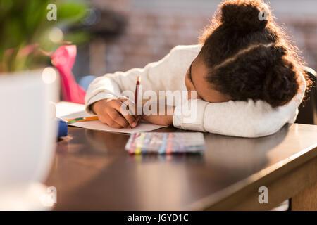 Alumna afro americanos haciendo los deberes, estudiante de la escuela elemental concepto