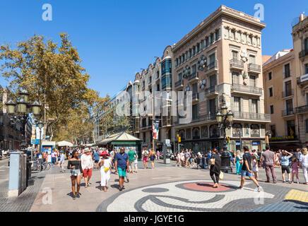 Barcelona Catalunya España Las Ramblas turistas paseando por las Ramblas Barcelona Las Ramblas, la rambla de BARCELONA Cataluña Europa ue