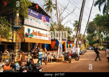 Chapora, India - Dec 8, 2014: el jugo Centro Ganesh en Chapora Jah. Uno de los lugares más famosos de Goa. Hace un montón de zumos frescos e informar visi