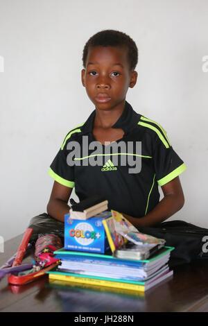 La escuela primaria de África. Niño patrocinado por la ONG la Chaine de l'Espoir. Lome. Togo.