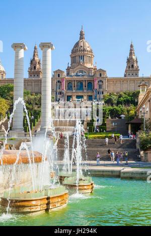 La Fuente Mágica de Montjuic debajo del Palau Nacional, MNAC, La Galería Nacional de Arte, Barcelona, Cataluña (Catalunya), España