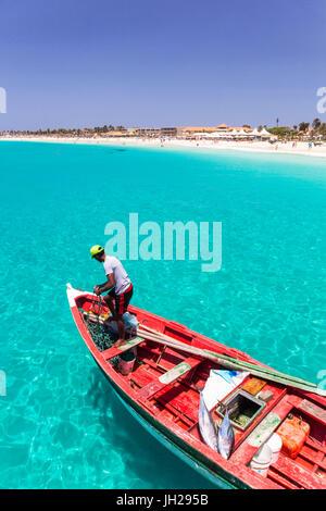 Pescador con su captura de peces en un barco de pesca tradicional, Santa María, Isla de Sal, Cabo Verde, Atlántica, África