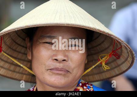 Mujer vistiendo tradicional sombrero cónico. Retrato. Vietnam.