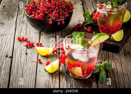 Ideas de verano de bebidas, cócteles saludable dieta. Mojito de tilo, menta y grosellas. En la vieja mesa de madera rústica, con los ingredientes. Copiar