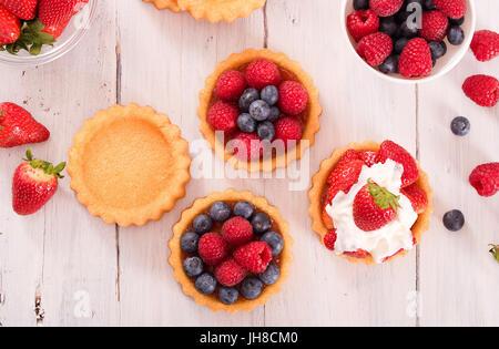 Tartaletas con frutas del bosque. Foto de stock