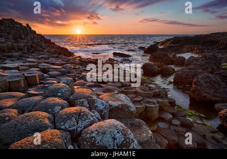 Puesta de sol sobre columnas de basalto Calzada del Gigante, Condado de Antrim, Irlanda del Norte