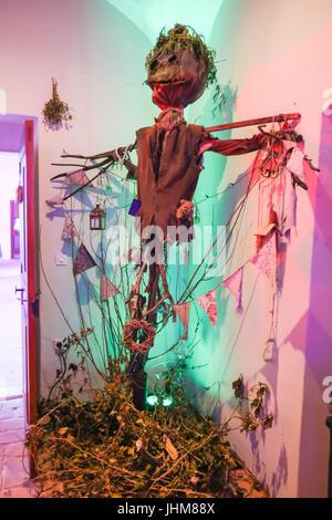 LUKAVEC, CROACIA - Mayo 27, 2017 : espantapájaros como decoración en el Perunfest olvidada, festival de cuentos y relatos populares celebrado en Castillo en Lukav Lukavec