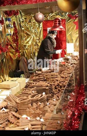 Berlín, Alemania: stand de Navidad con decoración de chocolate